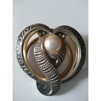 Брошь-- кольцо для платка  с жемчужной вставкой. Клеймо West Germany.3,8 см.