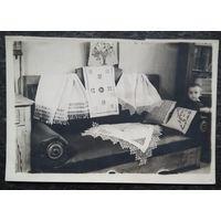 Интерьер комнаты в народном стиле. Фото 1952 г.  9х13 см.