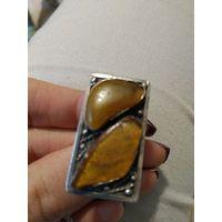 Кольцо с натуральным необработанным янтарем