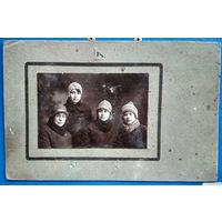 Фото группы девушек. 1920-е. На паспарту.