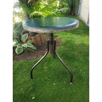 Старый винтовой стул в Лофт-индустриальном стиле.