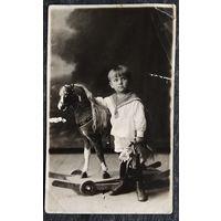 Фото мальчика с деревянной лошадкой. 1950-е. 9х14 см.