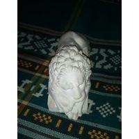 Лев из гипса.под лапами надпись анапка