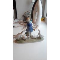 Статуэтка девочка кормящая  гусей