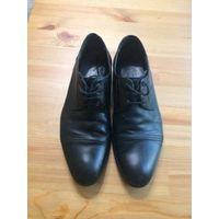 Классические туфли на 39-40 размер, натуральная кожа, поставила новую профилактику и набойки отличного качества (отдала 22 рубля). В общем состояние нормальное, очень удобные. Длина по стельке около 2