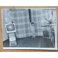 Фото ребенка в комнате. 1970-е. 10.5х14 см