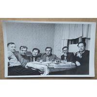 Чисто мужское застолье. Фото 1950-х. 8х13 см