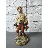 Статуэтка мальчик фруктами фарфоровая статуэтка осенний урожай Capodimonte Италия Бисквит Роспись