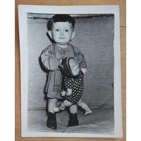 Фото ребенка с куклой. 1970-е г. 9х12 см